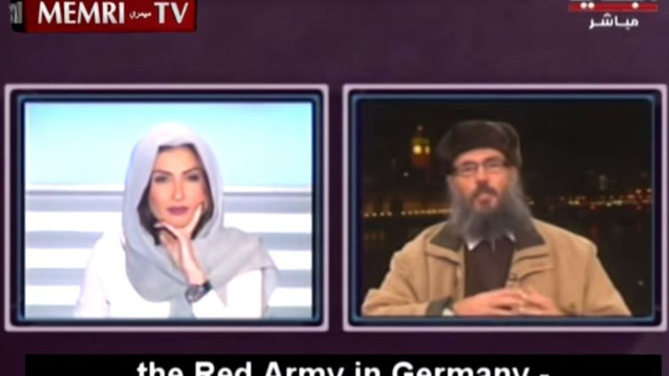 Le chef musulman sunnite Hani Al-Seba'i, face en duplex, à la présentatrice libanaise Rima Karaki sur la chaîne Al-Jadeed, le 7 mars 2015 (AL-JADEED / MEMRITVVIDEOS / YOUTUBE)