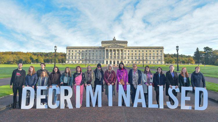 Des personnes participent à une action de l'ONG Amnesty International à Belfast (Irlande du Nord) pour saluer la légalisaton de l'avortement et des mariages de couples de même sexe. (SOCIAL MEDIA / REUTERS)
