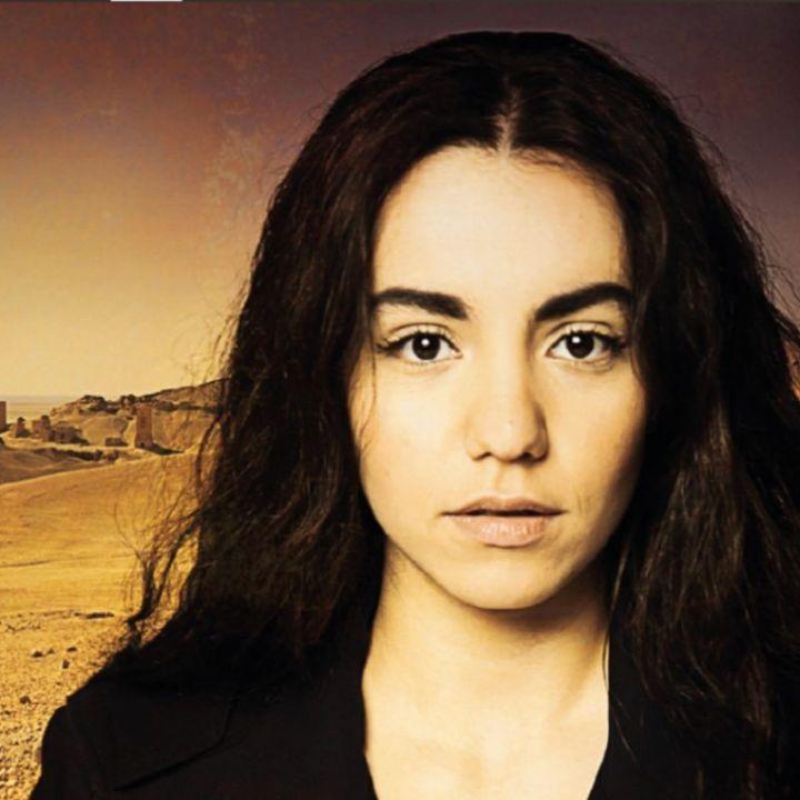 """Lina El Arabi, photo promotionnelle pour """"Mon Ange"""" de henry Taylor, mis en scène par Jérémie Lippmann (2017)  (Théâtre du Chène noir)"""
