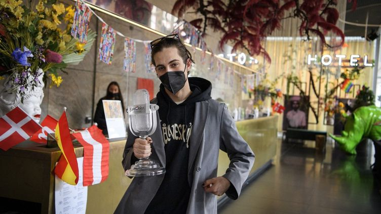 Damiano David, chanteur du groupe Maneskin, dimanche 23 mai lors de son départ de l'hôtel de Rotterdam (Pays-Bas) où il logeait durant le concours Eurovision. (JESSICA GOW / TT NEWS AGENCY / AFP)