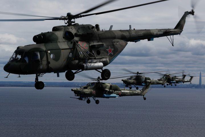 Hélicoptères russes dans le ciel de Saint-Pétersbourg lors d'une répétition pour le défilé aérien prévu dans le cadre de la célébration du Jour de la Victoire, le 7 mai 2020. Evènement marquant le 75e anniversaire de la victoire contre l'Allemagne nazie, à l'issue de la Seconde guerre mondiale. (REUTERS - ANTON VAGANOV / X06532)