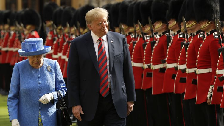 Le président américain Donald Trump et la reine Elizabeth II passent en revue de la garde d'honneur au château de Windsor, à Londres, le 13 juillet 2018. (MATT DUNHAM / AFP)