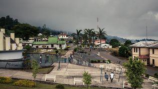 Vue générale de Buéa, capitale de la région anglophone du Sud-Ouest, au pied du mont Cameroun. (ALEXIS HUGUET / AFP)