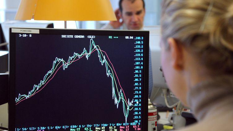 Des traders observant les marchés financiers, le 6 octobre 2008 à Paris. (PATRICK KOVARIK / AFP)
