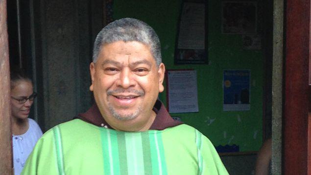 (Le père Villalta, qui officie dans la plus grande église latino de Washington © Radio France - Frédéric Carbonne)
