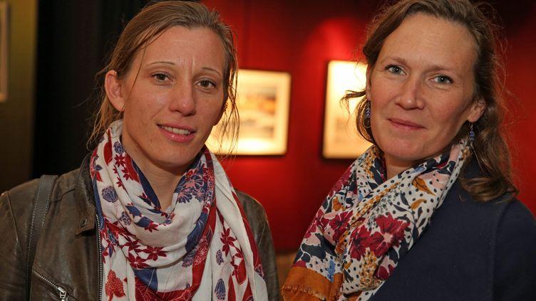 """Tiphaine Bernard (à gauche) et Isabelle Taymans-Grassin, deux des parents des enfants du """"cluster"""" de Guidel (Morbihan), le 6 novembre 2018. (MAXPPP)"""