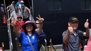 """Les passagers du """"Westerdam"""" débarquent à Sihanoukville, au Cambodge, le 14 février 2020. (TANG CHHIN SOTHY / AFP)"""