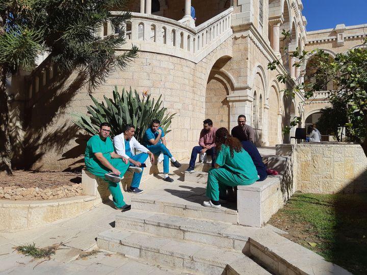 Des personnels soignantsdevant l'hôpital de la Sainte-Famille, géré à Bethléem par l'Ordre de Malte. (FRÉDÉRIC MÉTÉZEAU / FRANCEINFO / RADIO FRANCE)