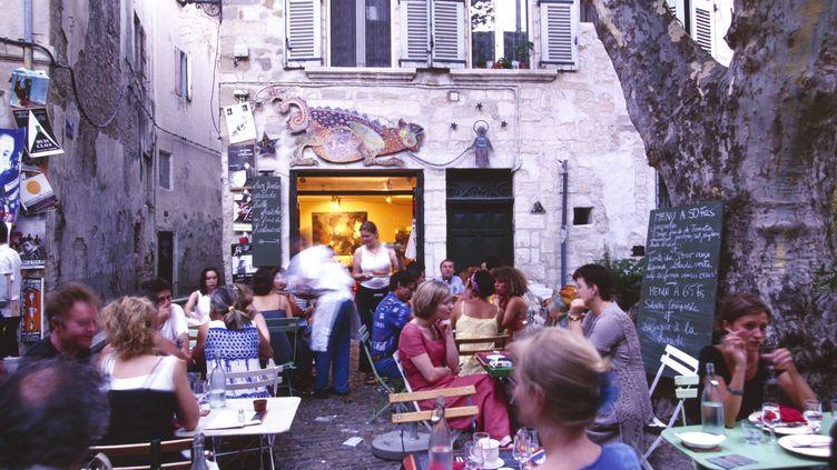 Une terrasse de restaurant à Avignon (Vaucluse), pendant le festival, en 2013. (AMANTINI / AFP)