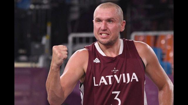 Les Lettons dominent le Comité Olympique de Russie avant le buzzer (21-18). C'est Karlis Lasmanis qui endosse le costume de héros national grâce à un tir à 2 points.