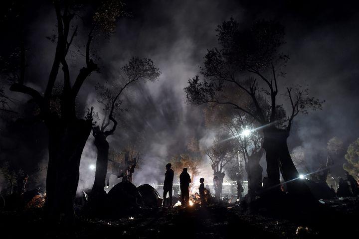 """Photo d'Aris Messinis : """"Scènes de guerre en zone de paix"""".Des migrants passent la nuit dans un champ avant de s'enregistrer au « hot spot » de Moria, sur l'île grecque de Lesbos.9 novembre 2015.  (Aris Messinis / AFP)"""