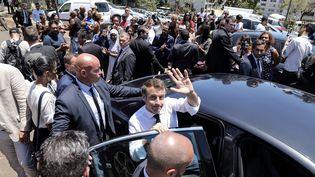 Emmanuel Macron dans le quartie des Camélias à Saint-Denis de La Réunion, le 24 octobre 2019.. (RICHARD BOUHET / AFP)