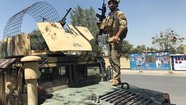 Un membre desforces de sécurité afghanes, le 21 août 2018, à Kaboul. (MOHAMMAD ISMAIL / REUTERS)