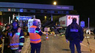 La scène d'un accident de la circulation, le 29 octobre 2015, à Saint-Isidore, près de Nice. (H. FRANCE / FRANCE 3 ALPES-MARITIMES)