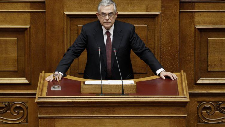 Le Premier ministre grec Lucas Papademos s'adresse aux parlementaires avant le vote du projet de budget, à Athènes (Grèce), le 6 décembre 2011. (YIORGOS KARAHALIS / REUTERS)