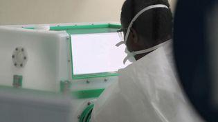 Au Sénégal, l'Institut Pasteur de Dakar avait lutté contre Ebola. Désormais, il tente de gérer au mieux l'épidémie de coronavirus. Dimanche 29 mars, plus de 130 cas ont pour le moment été détectés. (FRANCE 2)