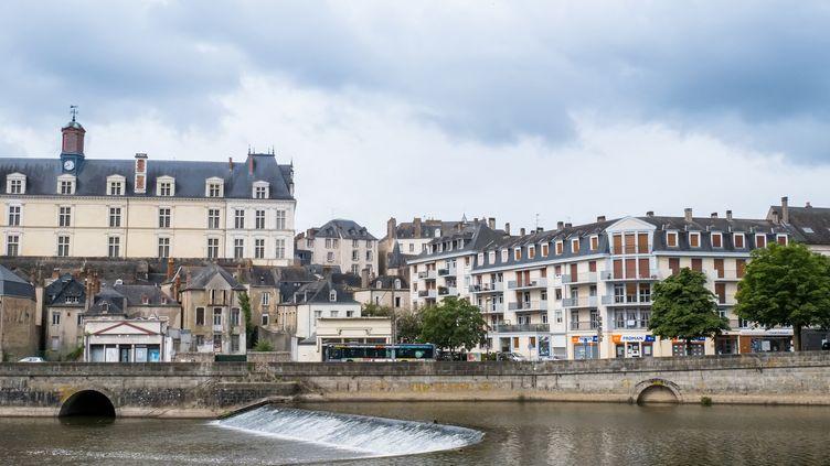 """La Mayenne, une """"terre de passage"""" (photo d'illustration, Laval). (JEAN-FRANÇOIS FERNANDEZ / RADIOFRANCE)"""