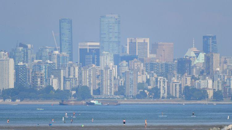 La ville de Vancouver en Colombie-Britannique, dans l'ouest du Canada, enveloppée dans un brouillard de chaleur,avec des températures records le lundi 29 juin 2021 (47,9° dans la ville de Lytton). Les écoles et les centres de vaccination sont restés fermés. (DON MACKINNON / AFP)