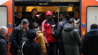 Des voyageurs à la gare de Lyon à Paris, mardi 3 avril 2018. (LUDOVIC MARIN / AFP)