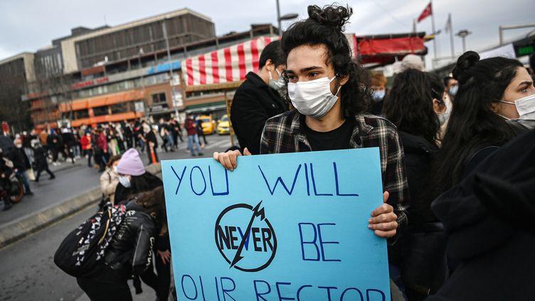 Manifestation d'étudiants turcs le 6 janvier 2021 à Istanbul, pour protester contre la nomination du nouveau recteur. (OZAN KOSE / AFP)