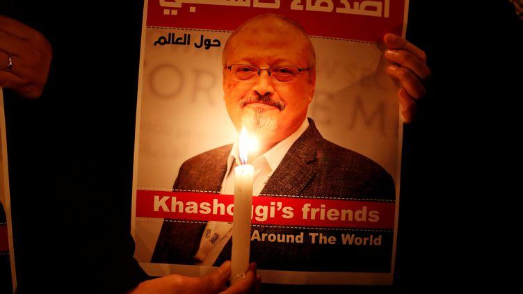 Une affiche de soutien au journaliste saoudien Jamal Khashoggi, le 18 décembre 2018. (OSMAN ORSAL / REUTERS)