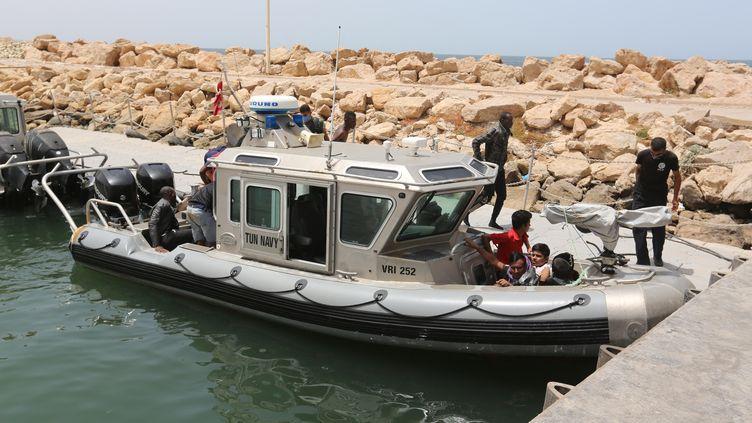 La Marine tunisienne secourt plusieurs dizaines de migrants en mer Méditerranée, le 27 juin 2021. (TASNIM NASRI / ANADOLU AGENCY / AFP)