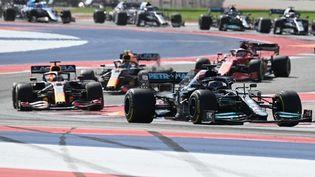 Lewis Hamilton a pris la tête du Grand Prix des Etats-Unis, dimanche 24 octobre 2021. (JIM WATSON / AFP)