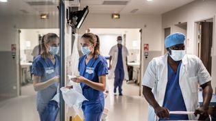 Lepersonnel de santé travaille dans le service de soins intensifs de l'hôpital Saint-Louis de l'AP-HP (Assistance Publique - Hopitaux de Paris) à Paris, le 28 mai 2020. (MARTIN BUREAU / AFP)