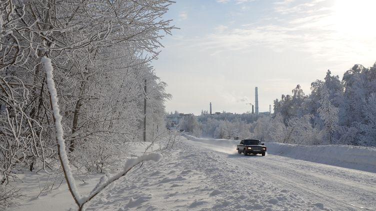 Une voiture quitte la branche de Chikhany (Russie) del'Institut d'Etat de recherche en chimie et en technologie organiques, le 10 janvier 2019. (YANN THOMPSON / FRANCEINFO)