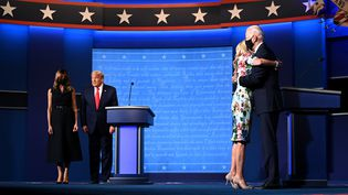 Melania Trump, Donald Trump, Jill Biden et Joe Biden lors du dernier débat entre les deux candidats à la présidentielle américaine, le 22 octobre 2020, à Nashville (Tennessee). (JIM WATSON / AFP)