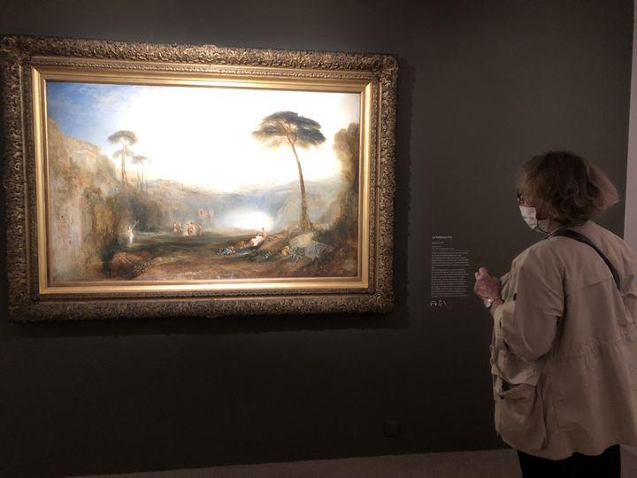 """""""C'est extraordinaire"""" s'extasie Françoise, rencontrée devant la grande huile Le Rameau d'or (1834). """"Ce n'est pas tous les jours qu'on peut aller à Londres"""", plaisante-t-elle. Toutes les oeuvres de l'exposition ont été prêtées par la Tate Britain de Londres. (Manon Botticelli / Franceinfo Culture)"""