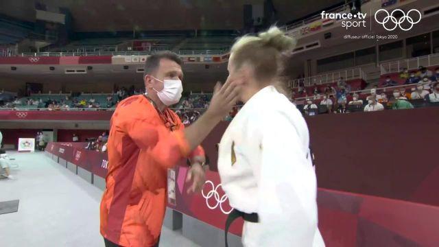L'entraîneur de l'Allemande Martyna Trajdos a une drôle de façon de motiver sa judokate. Deux gifles pour bien entrer dans le combat. Malheureusement, ça n'aura pas suffit pour battre la Hongroise Szofi Ozbas.