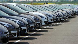 Des véhicules Renault garés sur le parking du constructeur à Douai (Nord), le 25 mai 2010. (PHILIPPE HUGUEN / AFP)