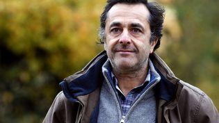 """Nicolas Vanier pose le 21 novembre 2013 à Paris, quelques semaines avant la sortie du film """"Belle et Sébastien"""". (PATRICK KOVARIK / AFP)"""