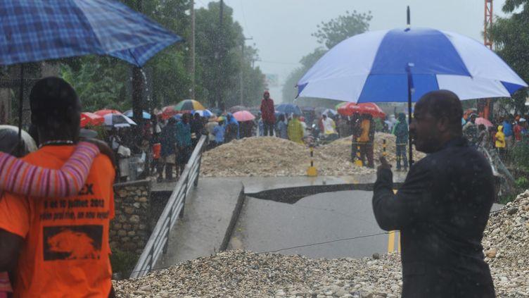 Un pont effondré à Port-au-Prince, en Haïti, le 25 octobre 2012, après le passage de l'ouragan Sandy (THONY BELIZAIRE / AFP)