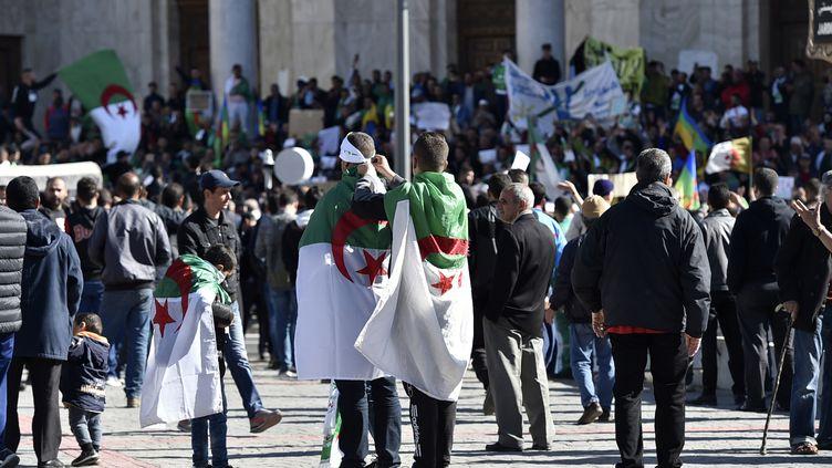 Des Algériens se rassemblent dans le centre d'Alger, le 15 mars 2019. (RYAD KRAMDI / AFP)