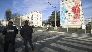 """Le député PS du Val-d'Oise François Pupponi se dit """"très inquiet"""" après l'agression d'un garçon de huit ans de confession juive à Sarcelles. Ci-contre, des policiers à Sarcelles en février 2016. (JOEL SAGET / AFP)"""