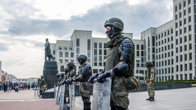 Des soldats montent la garde devant la Maison du Gouvernement à Minsk. (PAUL DZA)