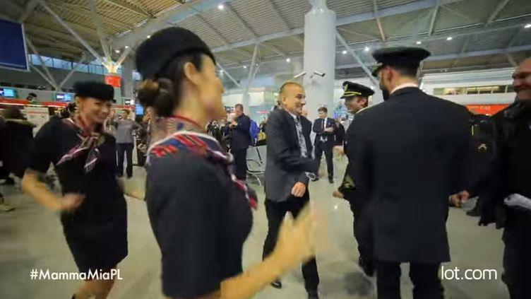 Capture d'écran d'une vidéo montrant un flashmob réalisé par la compagnie polonaise LOT pour célébrer son 500 millième passager, le 19 novembre 2014 à Varsovie. (LOT POLISH AIRLINES)