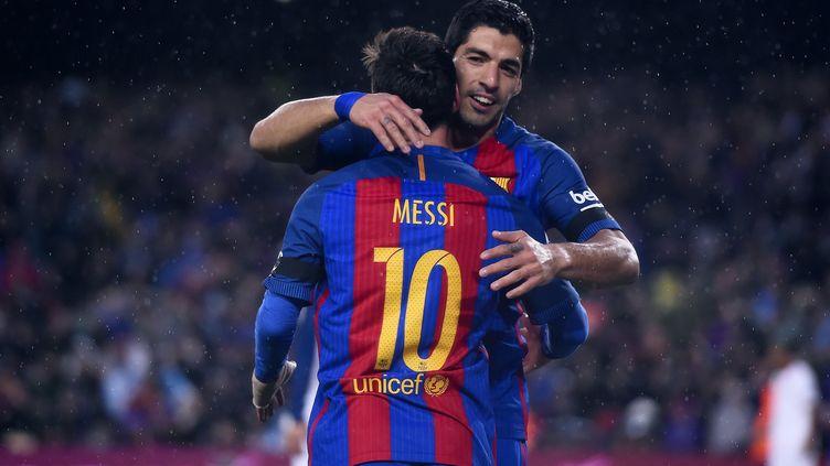 Lionel Messi congratule Luis Suarez (JOSEP LAGO / AFP)
