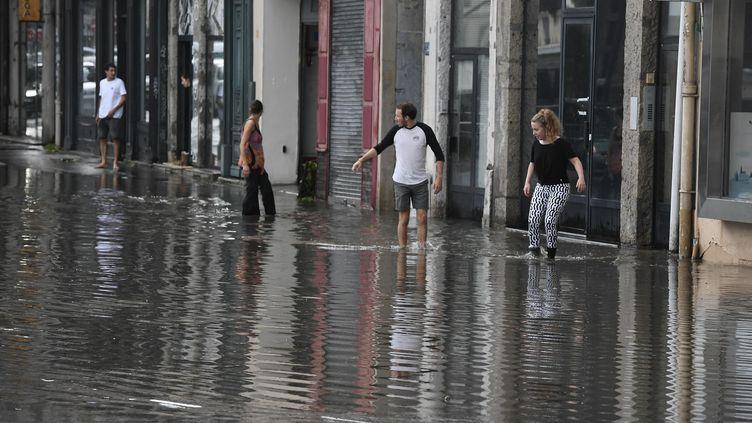 Des habitants de Lyon (Rhône) marchent dans les rues inondées après le passage d'un violent orage, mercredi 1er juillet 2020. (MAXPPP)