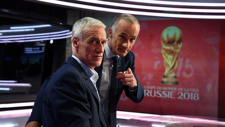 """Didier Deschamps au côté de Gilles Bouleau (à droite) sur le plateau du """"20 heures"""" de TF1, le 17 mai 2018 à Boulogne-Billancourt (Hauts-de-Seine). (FRANCK FIFE / AFP)"""
