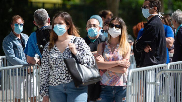 Des Marseillais patientent pour se faire tester, le 7 mai 2020. (CLEMENT MAHOUDEAU / AFP)