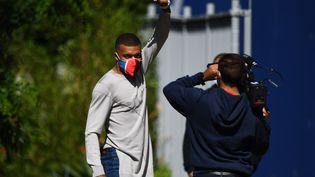 Kylian Mbappé salue les photographes en arrivant à l'entraînement, à Saint-Germain-en-Laye (Yvelines), lundi 22 juin 2020. (FRANCK FIFE / AFP)