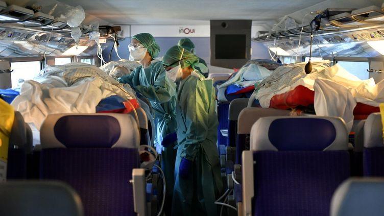 Des infirmières dans le TGV médicalisé qui transporte des patients de Nancy et Metz à Bordeaux, le 29 mars 2020. (ALEXANDRE MARCHI / AFP)