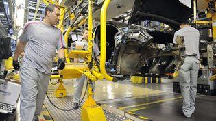 Des employés de PSA Peugeot Citroën travaillent sur la chaîne de production de la DS4, le 2 mai 2011 à Mulhouse (Haut-Rhin). (SEBASTIEN BOZON / AFP)