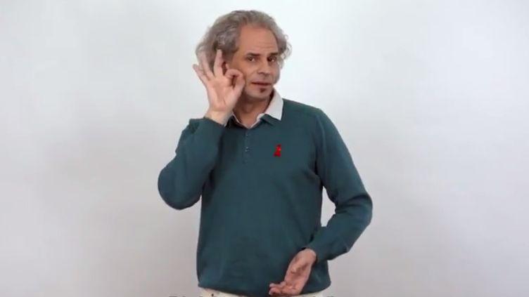 """Le mot""""sida"""" traduit en langue des signes françaises par Laurent Valo, présentateur de """"L'Œil et la Main"""". (L'OEIL ET LA MAIN / YOUTUBE)"""