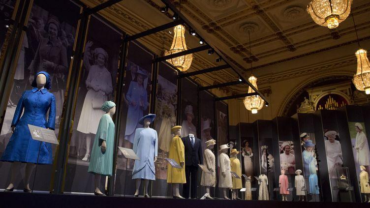 """Exposition """"La mode d'un règne : 90 ans de style à travers la garde-robe de la reine"""" au palais de Buckingham à Londres  (JUSTIN TALLIS / AFP)"""