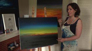 Dans son atelier, Christelle peint des toiles inspirées de l'espace. Sa dernière création : uneœuvre inspirée d'une photo de Thomas Pesquet. (France 3 Limoges)