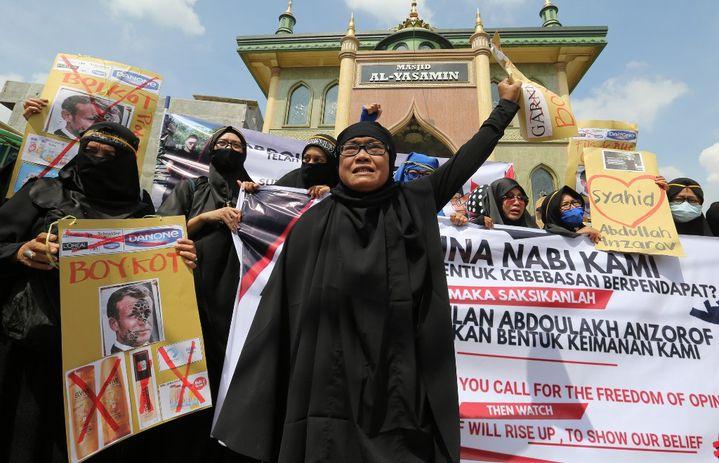 Des manifestants appellent au boycott de produits français et de marques françaises, à Medan (Indonésie), le 30 octobre 2020. (KIKI CAHYADI / ANADOLU AGENCY / AFP)